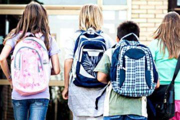 Dzieci idące do szkoły